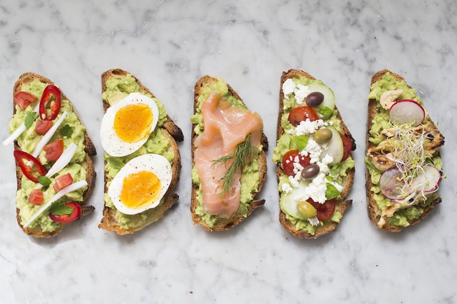 5 varianti di avocado toast per rallegrare i vostri pomeriggi estivi di studio
