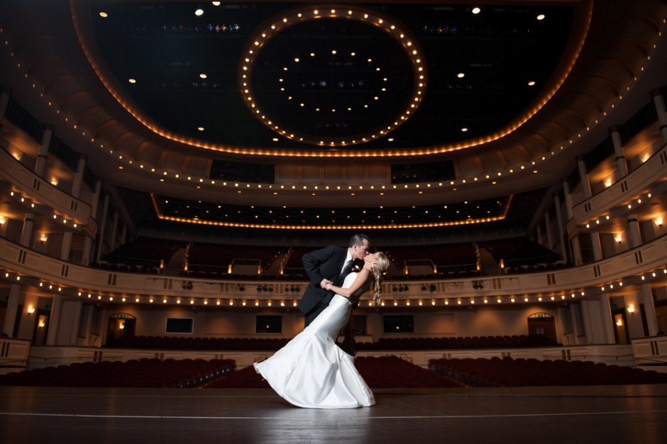 Idee di nozze stravaganti per tutti i gusti: camerieri comici, nozze a teatro e storytellers d'amore